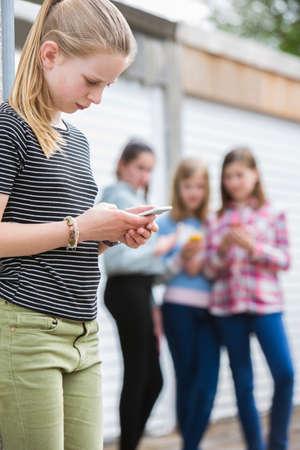 Vor jugendlich Mädchen, das durch Text-Mitteilung gemobbt wird