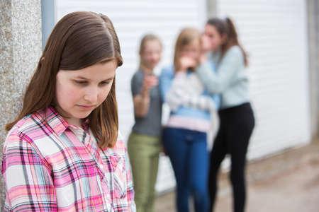 Triste ragazza teenager pre sentita lasciata fuori dagli amici Archivio Fotografico