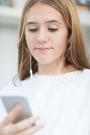 Jugendliche, die Musik vom Handy überträgt