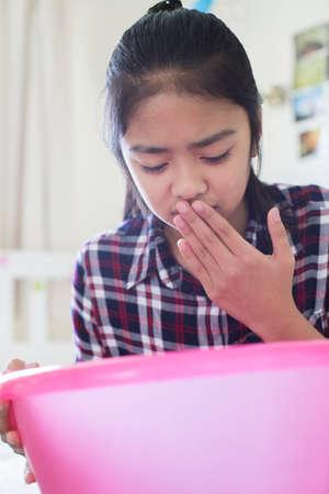 Junges Mädchen Sitzen Auf Bett Zu Hause Feeling Übelkeit