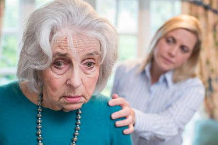 Verwirrte ältere Frau mit erwachsener Tochter zu Hause