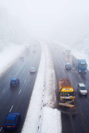 Sneeuwploeg opruimen van snelweg tijdens sneeuwstorm