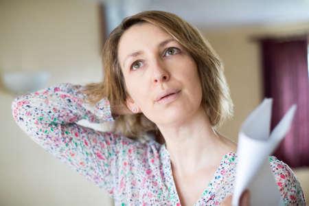 Dojrzała kobieta doświadcza gorąca w okresie menopauzy
