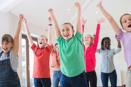 Grupo de niños disfrutando juntos de la clase de teatro