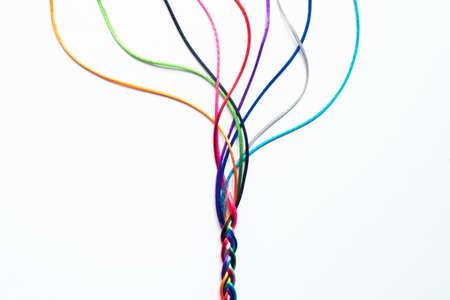 Farbige, zusammengewebte Schnüre zur Veranschaulichung von Konzepten des Zusammengehörigkeitsgefühls und der Zusammenarbeit in der Einheitsgesellschaft Standard-Bild
