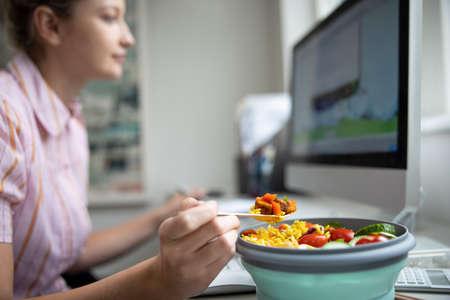 Female Worker In Office Having Healthy Vegan Lunch At Desk Standard-Bild