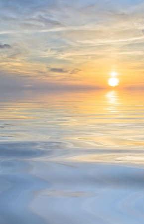 """wschód słońca: Jasne sÅ'oÅ""""ca i chmury na tle morza Zdjęcie Seryjne"""