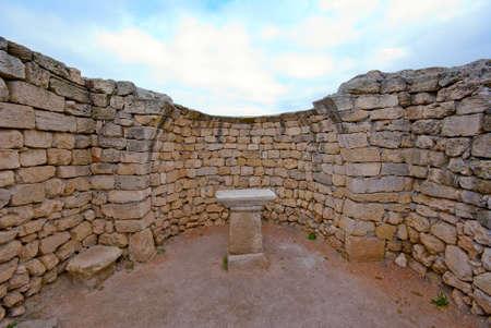 sacrificio: Las ruinas de un antiguo altar en el templo griego