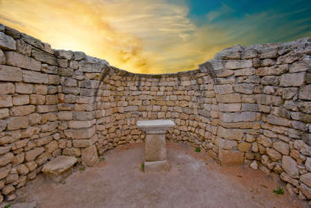 sacrificio: Las ruinas de un antiguo altar en el templo griego en la puesta del sol Foto de archivo