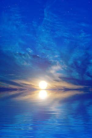 Onrealistische beeld - de sterren, de zee en de ondergaande zon Stockfoto