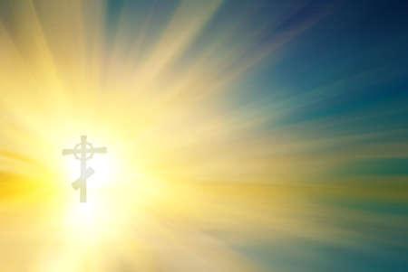 resurrecci�n: Cruz religiosa con una rayos del sol Foto de archivo
