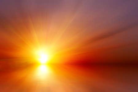 Abstracte heldere rode zonsondergang met zonnestralen