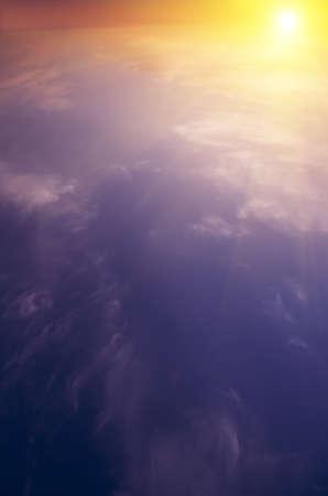 amanecer: El sol se eleva por encima de las nubes y los rayos luminosos. Amanecer. compuesta naturales