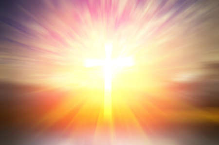 Croix d'espoir et de foi en Dieu et dans les rayons du soleil d'arrière-plan. Composition abstraite religieux