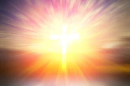 Krzyż nadziei i wiary w Boga i promienie tle zachodu słońca. religijne kompozycja abstrakcyjna