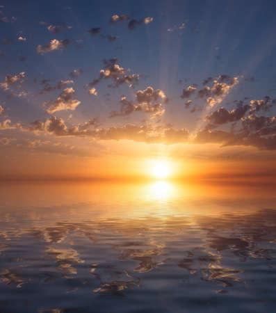 Puesta de sol de mar muy hermosa con nubes cirros y los rayos del sol. Composición Natural Dawn