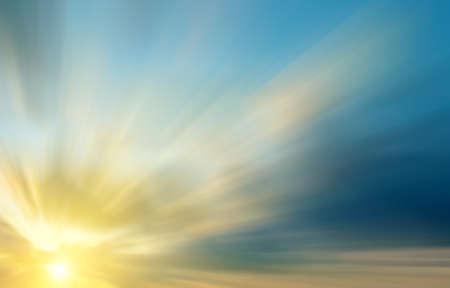 De heldere stralen van de zon in de dramatische wolken bij dageraad. Abstracte zonsondergang compositie