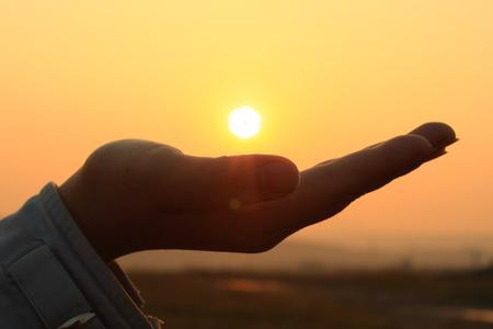 太陽の手に