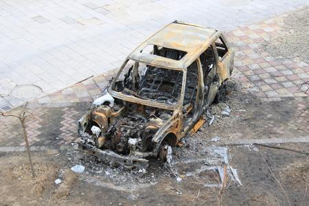 abandoned car: Coche abandonado quemado Foto de archivo