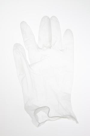 utiles de aseo personal: Los guantes de l�tex sobre un fondo blanco