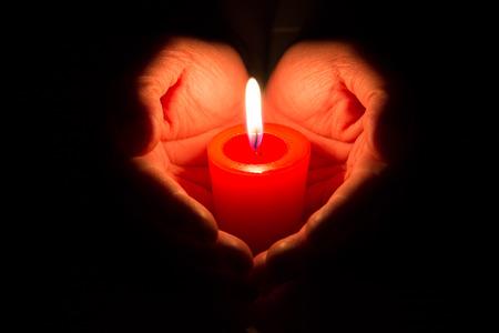 bougie coeur: mains tenant une bougie allumée Banque d'images