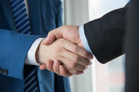 cerrando negocio: la gente de negocios apret�n de manos Foto de archivo