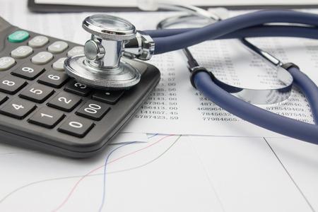 Stethoscope and calculator Stockfoto
