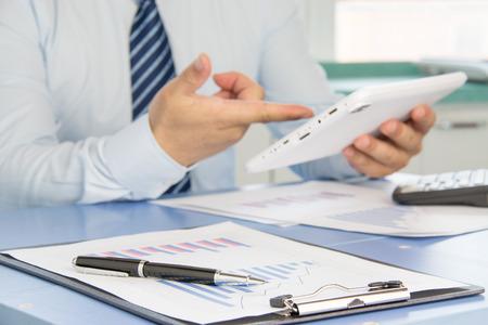ビジネスマンのオフィスにおける財務諸表の分析