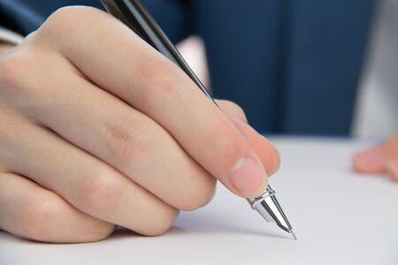 testament schreiben: Gesch�ftsmann Signieren von Dokumenten im B�ro