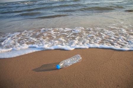 contaminacion ambiental: Botella de plástico en la playa