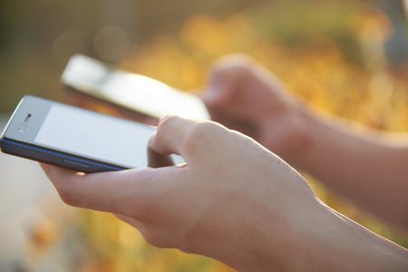 internet movil: Dos personas que tienen internet m�vil inteligente