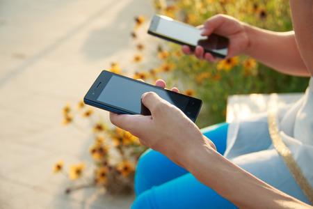 Deux personnes détenant l'Internet mobile intelligent
