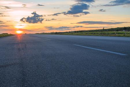 Estrada rural no por do sol