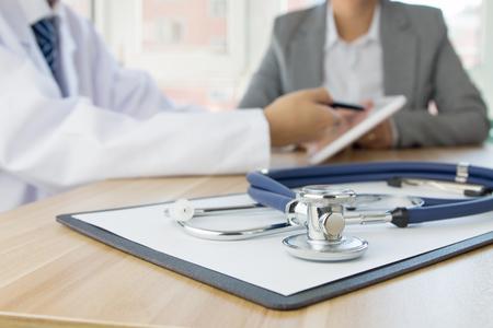 Stéthoscope fermer avec le docteur et le patient derrière Banque d'images - 46510780