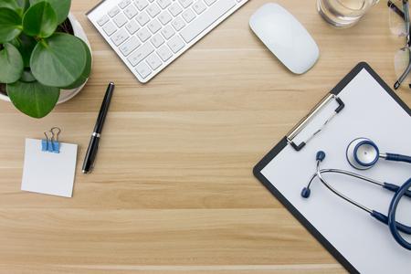 papeles oficina: Estetoscopio en el escritorio de los doctores