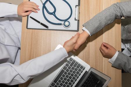 doctores: Doctor y hombre de negocios dándose la mano Foto de archivo