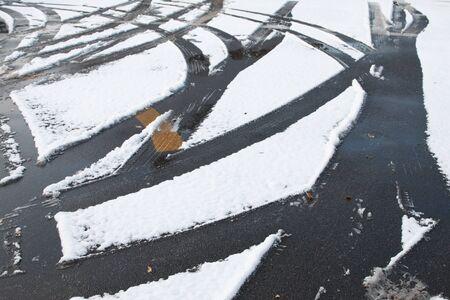 tyre tread: Car tire track in snow