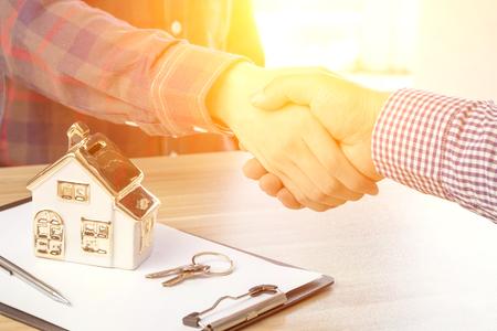 Huisontwikkelaars en klanten schudden elkaar de hand