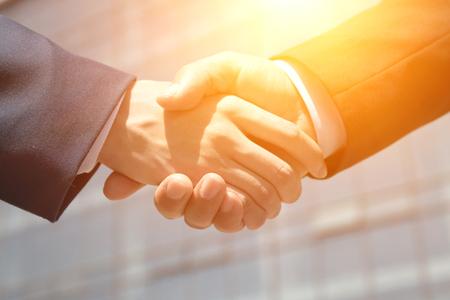 Zakenmensen handshaking