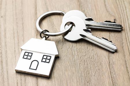 Hausschlüssel auf Holztisch Standard-Bild - 88042280