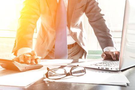 Zakenman die financiële verklaringen in het bureau analyseren