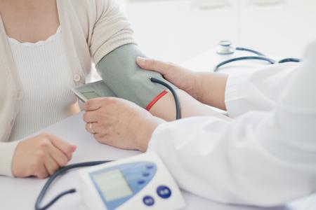 Der Arzt misst dem Patienten den Blutdruck