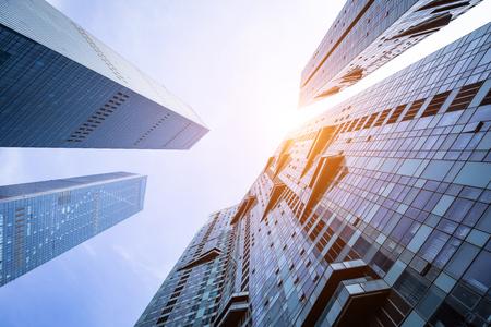 Inquadratura dal basso di moderni edifici in vetro