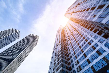 Lage hoekopname van moderne glazen gebouwen Stockfoto