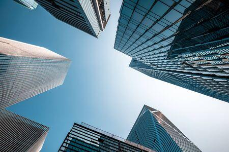 Tiro de ángulo bajo de la arquitectura moderna