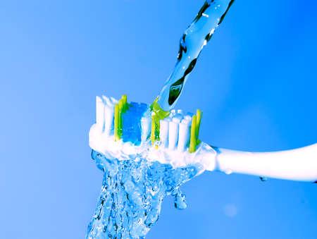 odontologia: cepillo de dientes bajo el agua corriente Foto de archivo