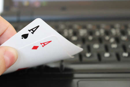 holdem: Online play poker hand with two aces