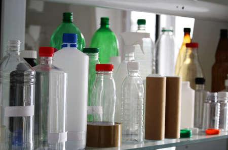 botellas pet: Grupo de botellas de plástico PET para bebidas Foto de archivo