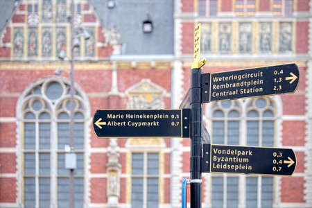 pendular: Tourist signs out of the station in Amsterdam