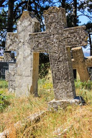 Croci di pietra scolpita sul cimitero Archivio Fotografico - 95395617
